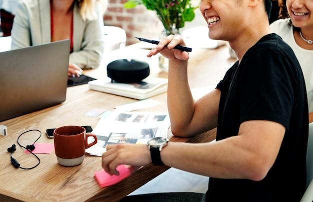 Creatieve mensen die op kantoor werken