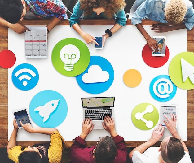 Creatieve mensen die sociaal media pictogramconcept werken