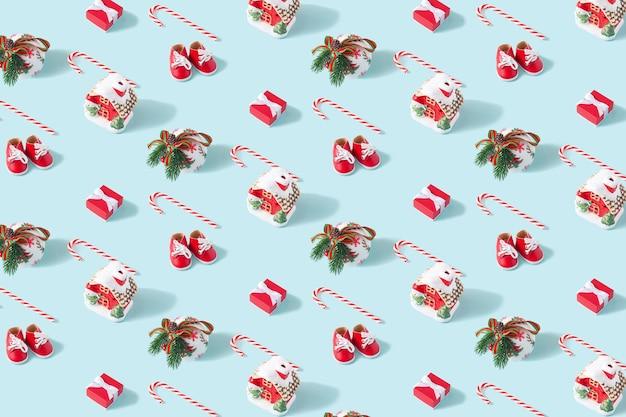 Creatieve minimale kerstkunstcompositie. patroon gemaakt met kerstversiering op pastel blauwe achtergrond. plat leggen. ruimte kopiëren.