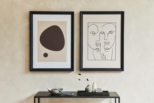 Creatieve minimalistische compositie van stijlvol modern woonkamerinterieur met twee mock-up posterframes, zwarte geometrische commode en persoonlijke accessoires. neutrale kleuren. sjabloon.