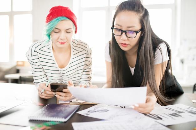 Creatieve modeontwerpers werken in atelier workshop