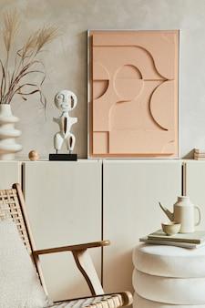 Creatieve moderne beige woonkamer interieur compositie met mock-up structuur schilderij, ontworpen sculptuur, beige houten dressoir en boho geïnspireerde persoonlijke accessoires. sjabloon.