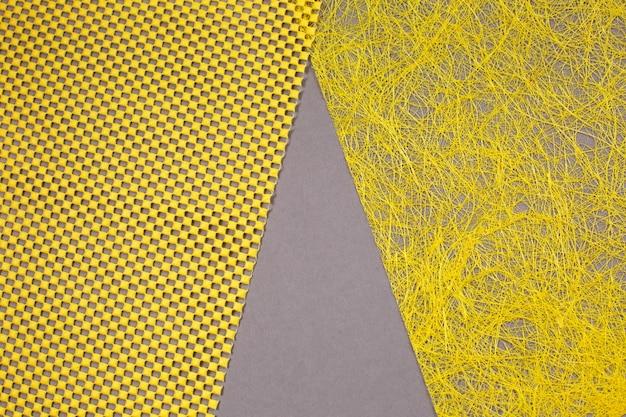 Creatieve moderne gele en grijze achtergrond. demonstrerende kleuren van het jaar 2021. bovenaanzicht.