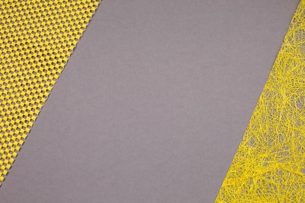 Creatieve moderne verlichtende gele en ultieme grijze achtergrond. kleuren van het jaar 2021. bovenaanzicht.