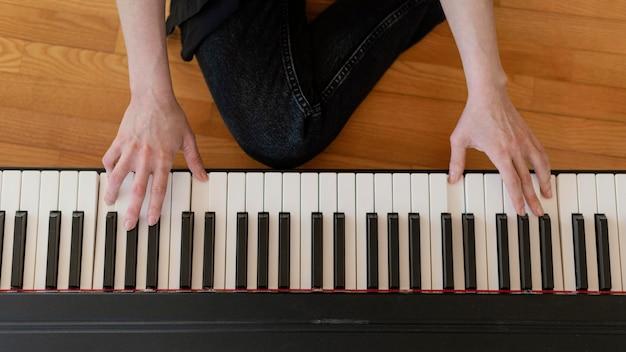 Creatieve muzikant die thuis oefent