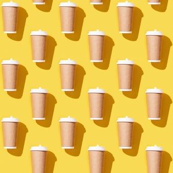Creatieve naadloze patroon met ambachtelijke afhaalmaaltijden grote papieren beker voor koffie.