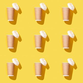 Creatieve naadloze patroon met ambachtelijke afhaalmaaltijden grote papieren beker voor koffie
