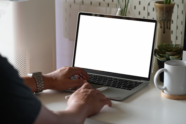 Creatieve ontwerper die met laptop werkt
