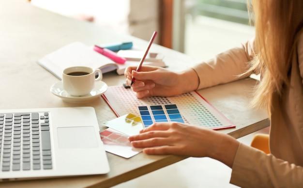 Creatieve ontwerper werkzaam op kantoor