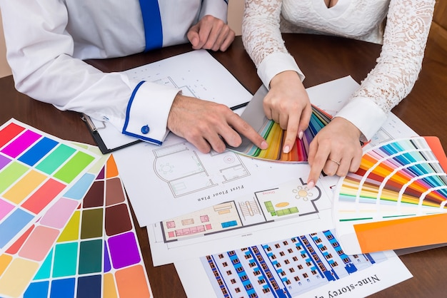 Creatieve ontwerpers die kleuren kiezen voor de eetkamer