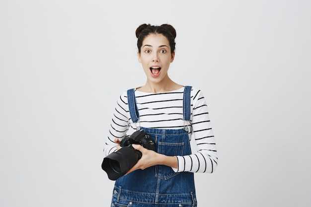 Creatieve opgewonden meisje fotograaf bedrijf camera, foto's maken