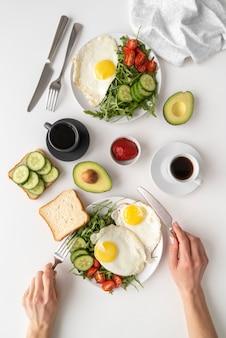 Creatieve opstelling van ontbijtmaaltijd