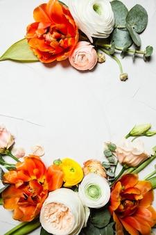 Creatieve oranje en beige bloemen platliggende rand voor vakantiegroeten