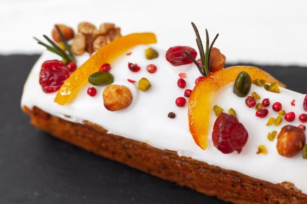 Creatieve paascake met noten, gedroogde vruchten, gekonfijt fruit en specerijen. vrolijk pasen-concept. detailopname. macro. selectieve aandacht.