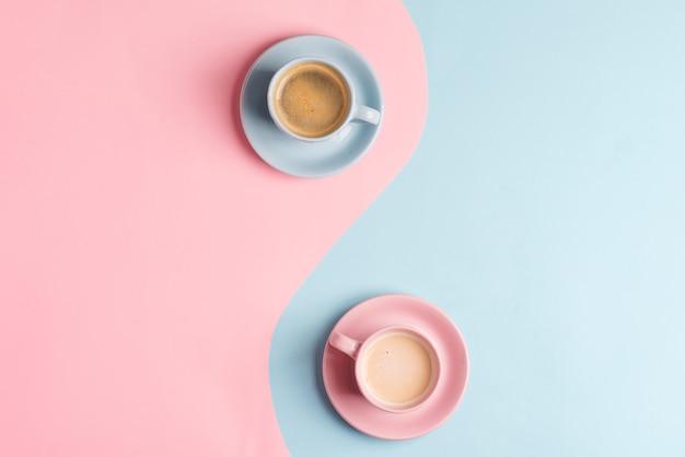 Creatieve pastel blauw roze tafel met twee keramische kopjes vers gezette koffiedrank.