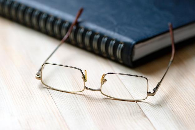 Creatieve persoon bureaubril en notitieblok.