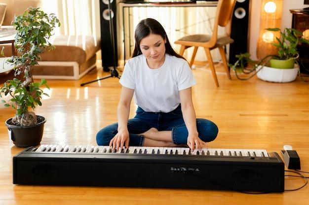 Creatieve persoon die muziek oefent