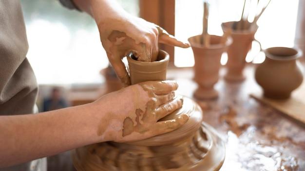 Creatieve persoon die werkt in een pottenbakkerij