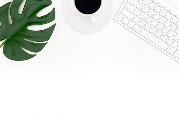 Creatieve plat lag foto van moderne werkplek met laptop, bovenaanzicht laptop achtergrond.