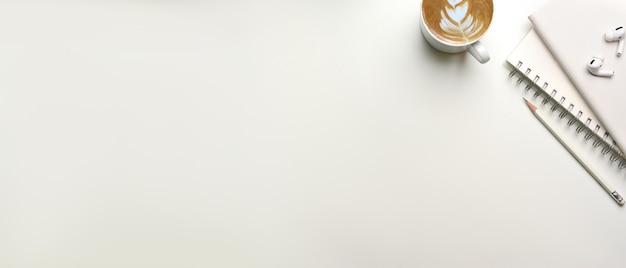 Creatieve plat leggen mock-up scène met kopie ruimte notebooks oortelefoon en koffiekopje bovenaanzicht