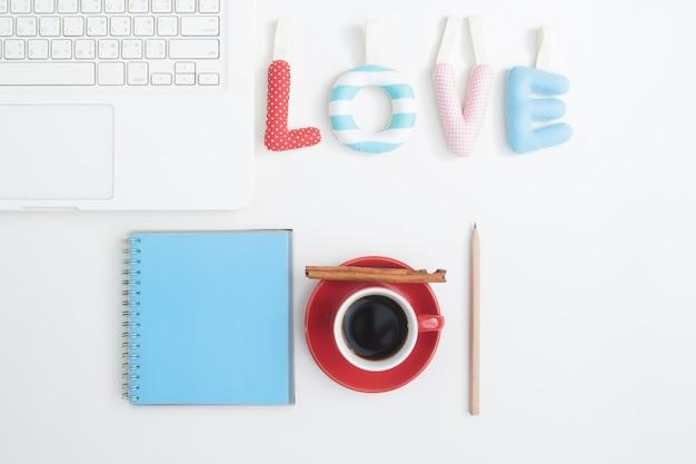 Creatieve plat leggen van genaaid kussen in liefde citaat op werkruimte