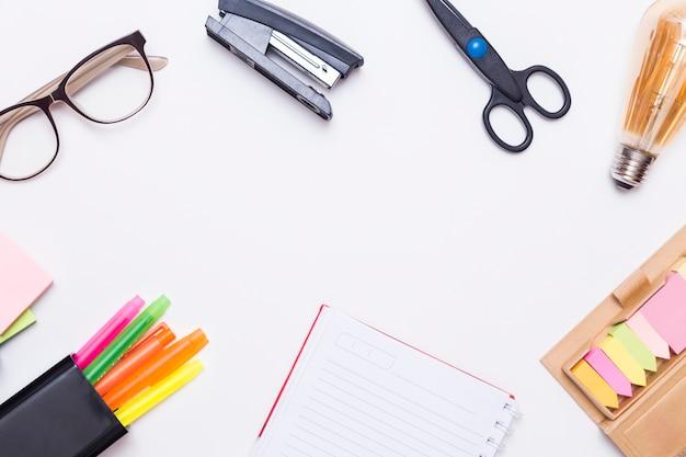 Creatieve plat leggen van werkplek bureau met office-hulpprogramma's