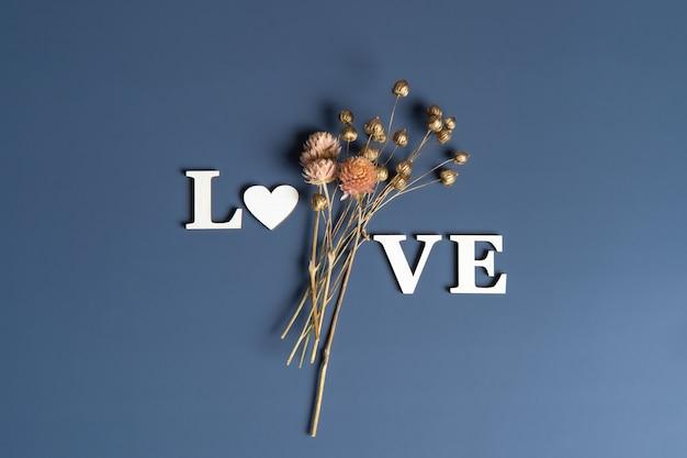 Creatieve plat leggen van woord liefde met natuurlijke planten.