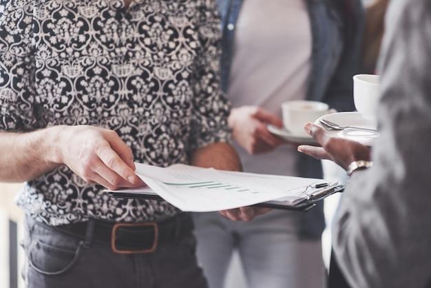 Creatieve professionals kwamen bijeen om de belangrijke kwesties van het nieuwe succesvolle startup-project te bespreken