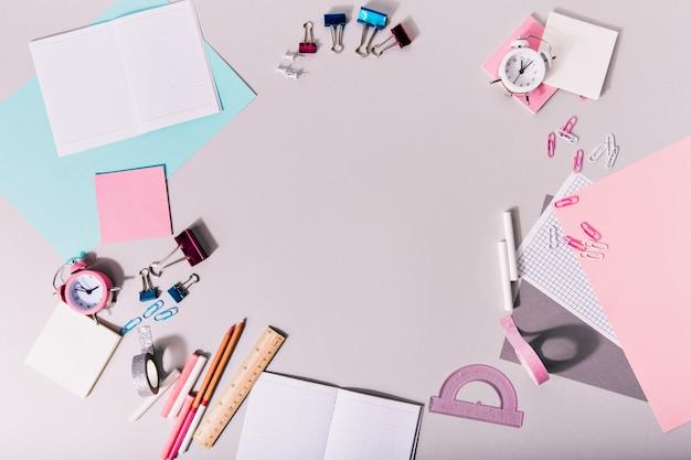 Creatieve puinhoop op tafel met kantoorbenodigdheden