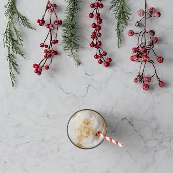 Creatieve regeling van kerstdecoratie met koffiekopje op marmeren tafel. vakantie concept. plat leggen.