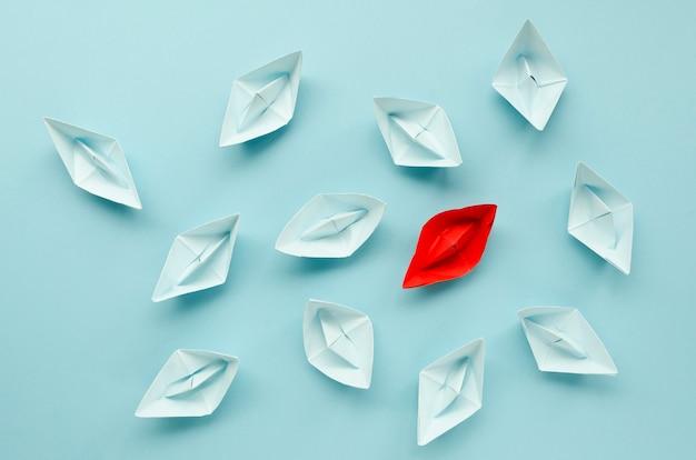 Creatieve regeling voor individualiteitsconcept op blauwe achtergrond