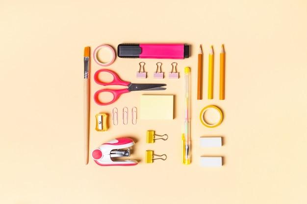 Creatieve school- of kantoorbenodigdheden op gele achtergrond. concept terug naar school