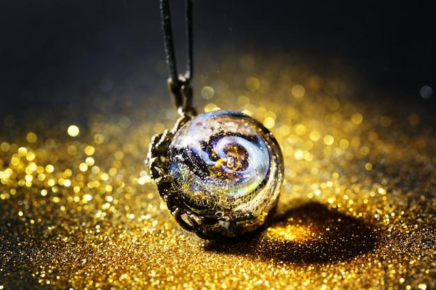 Creatieve sieraden gemaakt van glas met heelal in kraal