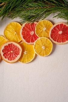 Creatieve vakantie kerstmis nieuwjaar voedsel textuur met gedroogde citrusvruchten met tak van fir tree