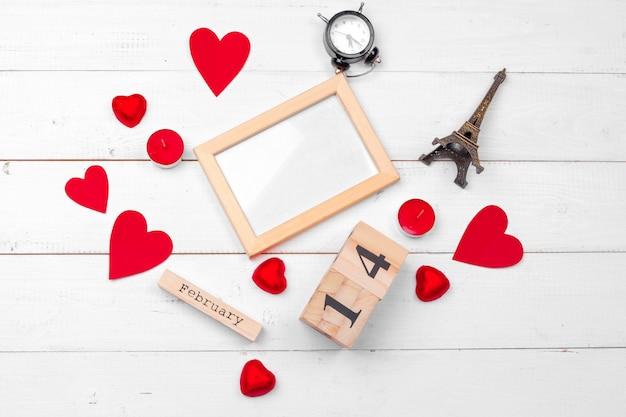 Creatieve valentine day romantische compositie plat lag bovenaanzicht liefde vakantie feest rood hart kalenderdatum