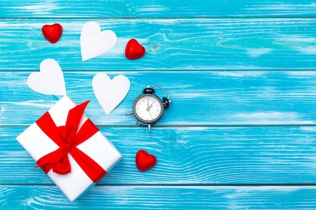 Creatieve valentine day-romantische samenstellingsvlakte legt hoogste van de de vakantieviering van de meningsliefde rode de kalenderdatum blauwe houten achtergrond van de hartkalender