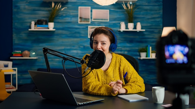 Creatieve vlogger die podcast opneemt met behulp van productiestation in thuisstudio. creatieve online show on-air productie internet uitzending host streaming live content, digitale sociale media communicatie
