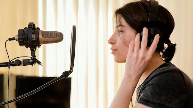 Creatieve vrouw thuis muziek oefenen