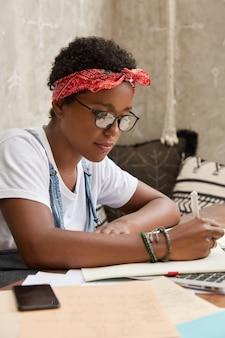 Creatieve vrouwelijke freelancer met donkere huid