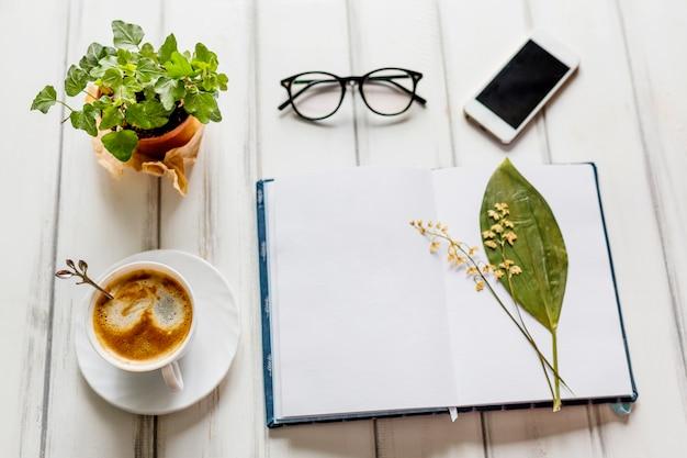 Creatieve werkplaats met bloemen en koffie