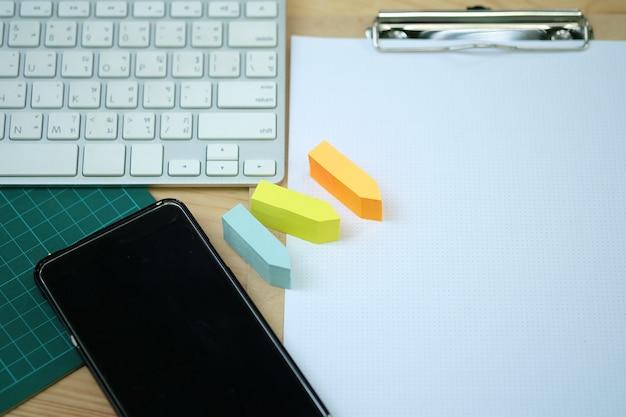 Creatieve werkruimte bureau met notitieboekje