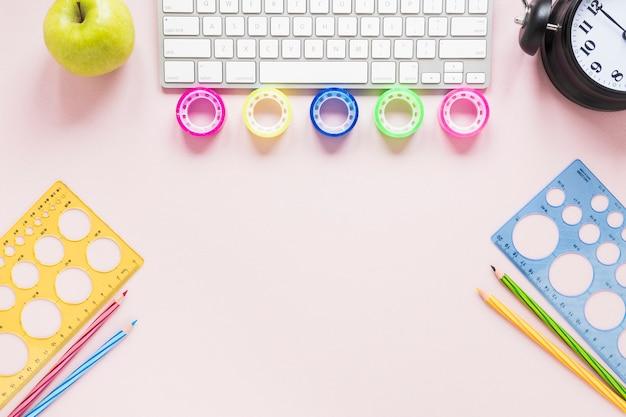 Creatieve werkruimte met toetsenbord en kleurrijke banden