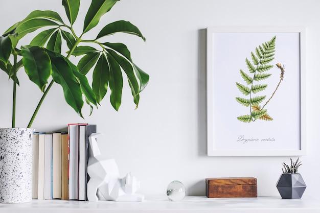 Creatieve woonkamer interieur met mock up poster frame witte moderne commode groen blad in creatief ontworpen vaas boeken dozen en beeldhouwkunst van kat witte muren sjabloon