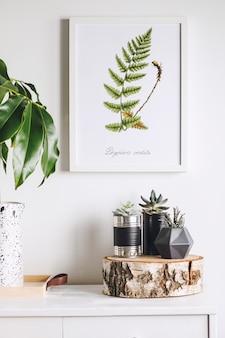 Creatieve woonkamer interieur met mock up poster frame witte moderne commode groen blad in creatief ontworpen vaas en planten in hipster ontworpen potten witte muren sjabloon