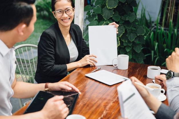 Creatieve zakelijke bijeenkomst in een café