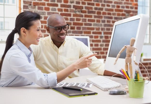 Creatieve zakelijke partners die samenwerken