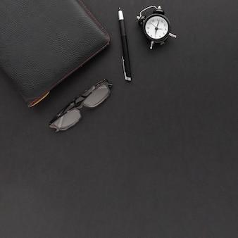 Creatieve zakelijke regeling op zwarte achtergrond met kopie ruimte