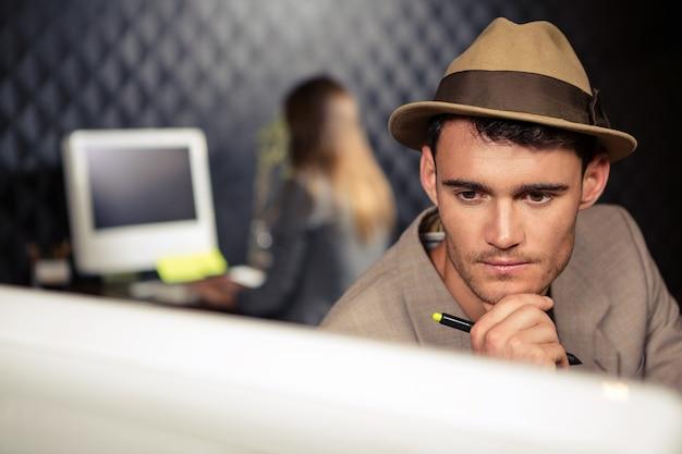 Creatieve zakenman die computer en grafische tablet gebruikt