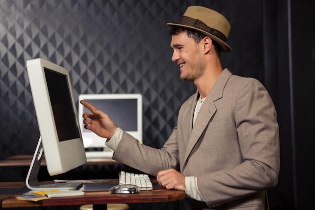 Creatieve zakenman die computer met behulp van