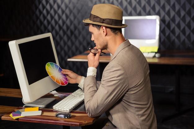 Creatieve zakenman die kleurensteekproef gebruikt